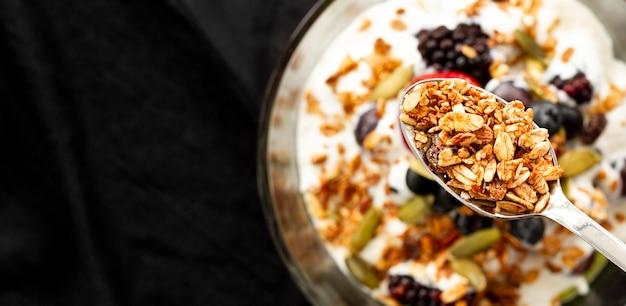 Vista superior iogurte com cereais e frutas