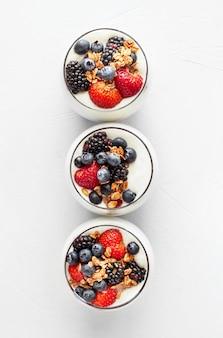 Vista superior iogurte de morango e mirtilo