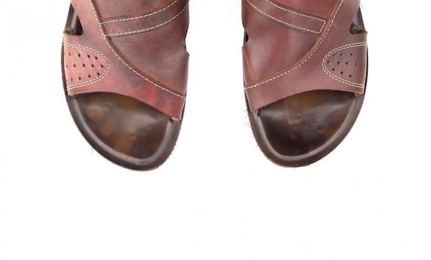 Vista superior isolada de sandálias de couro masculino