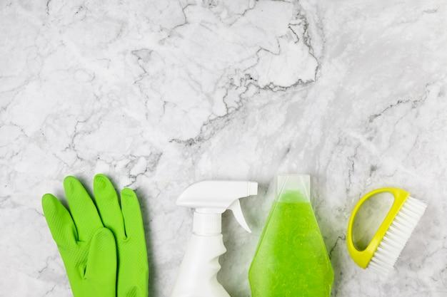 Vista superior itens de limpeza na mesa de mármore
