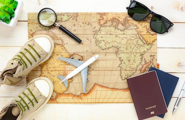 Vista superior itens essenciais de verão de viagem.
