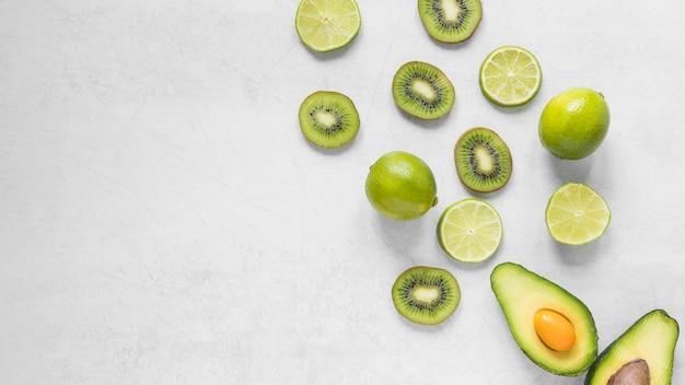 Vista superior kiwi fresco e limão com abacate