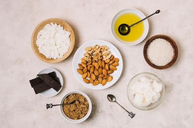 Vista superior lanches nutritivos com coco e azeite