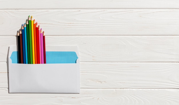 Vista superior lápis coloridos em envelope