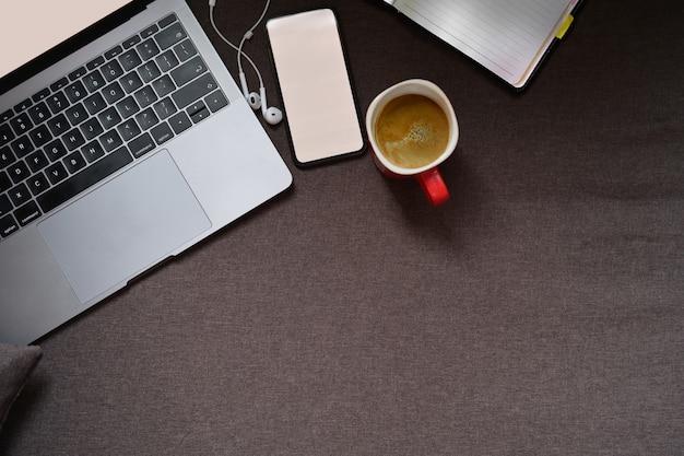 Vista superior laptop, celular, caneca de café e espaço de cópia