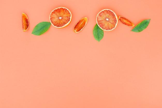 Vista superior laranja e folhas de linha