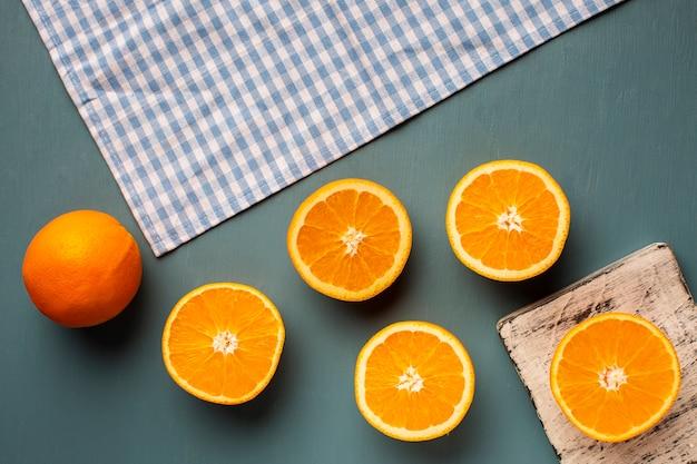 Vista superior laranjas e toalha na mesa