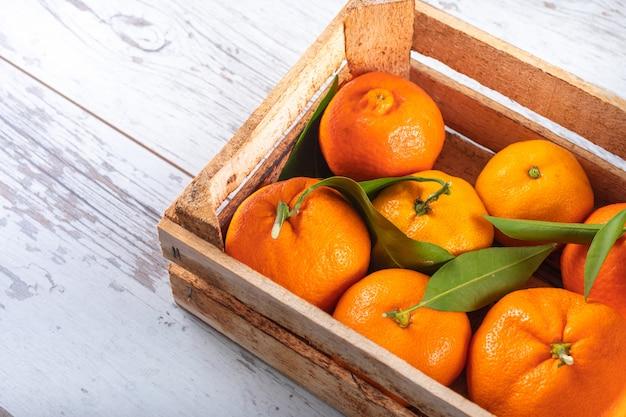 Vista superior laranjas frescas em caixa de madeira