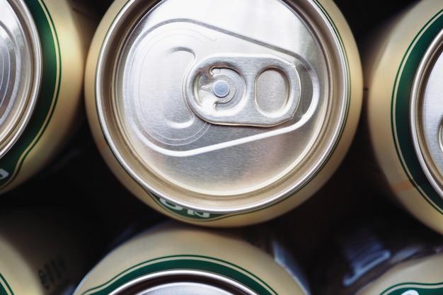 Vista superior latas de bebidas de alumínio,