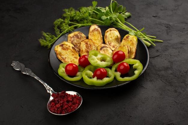 Vista superior legumes fatiados coloridos como pimentão verde com verduras no chão escuro