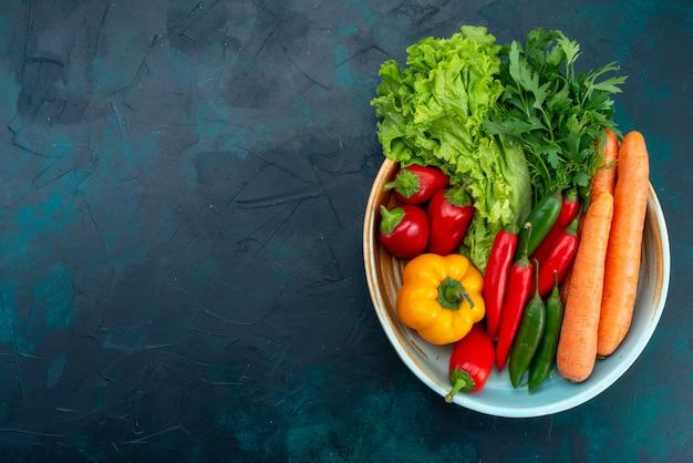 Vista superior legumes frescos com verduras no piso azul escuro almoço salada comida vegetal