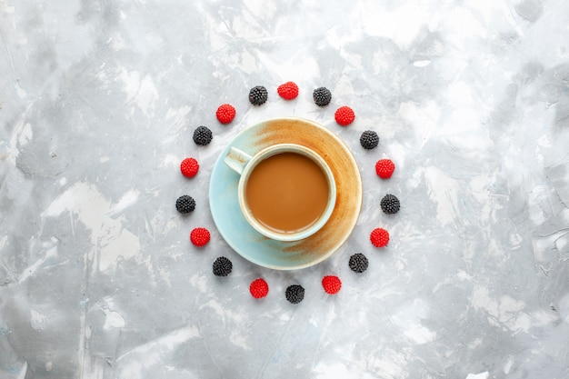 Vista superior leite café com frutas na mesa de luz baga beber café leite