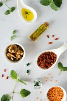 Vista superior lentilhas com bagas de goji em cima da mesa