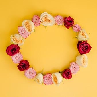 Vista superior linda moldura rosa redonda