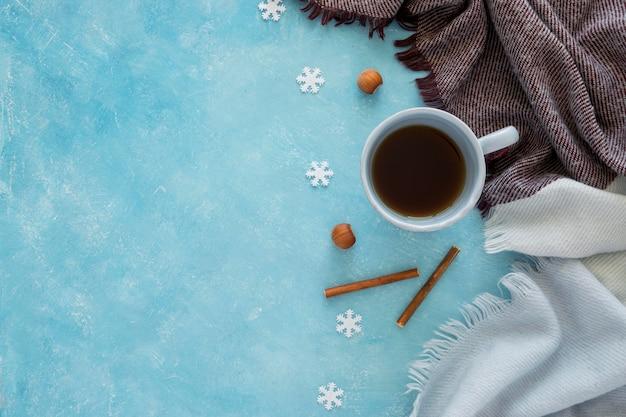 Vista superior linda xícara de chá quente de inverno