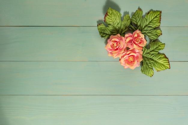Vista superior lindas flores com folhas