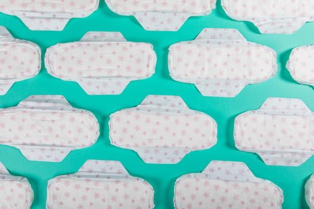 Vista superior linhas de toalhas sanitárias