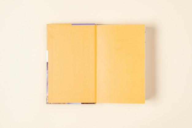 Vista superior, livro aberto na mesa