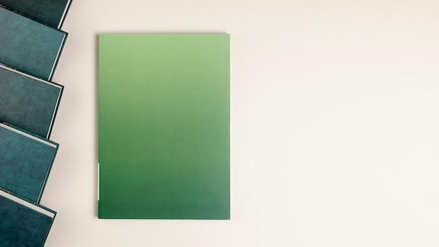 Vista superior livro fechado com espaço de cópia