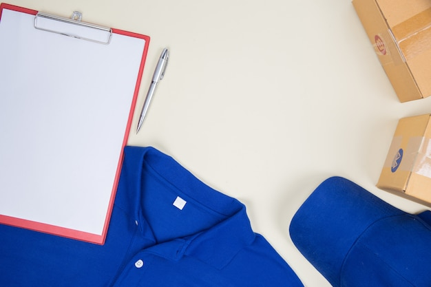 Vista superior loja de camisa e caixa postal