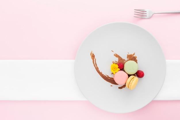Vista superior macarons saborosos num prato