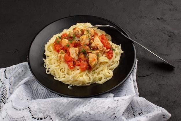 Vista superior, macarrão cozido, com, asas frango, e, molho tomate, dentro, pretas, prato, escuro