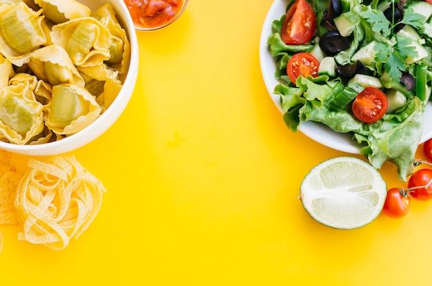 Vista superior macarrão vs salada
