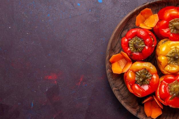 Vista superior mais de perto pimentões cozidos com carne moída dentro em fundo cinza refeição vegetais carne comida dolma