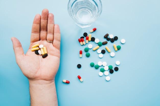 Vista superior, mão segura, pílulas