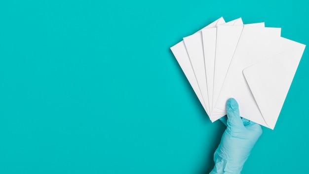 Vista superior mão segurando envelopes médicos