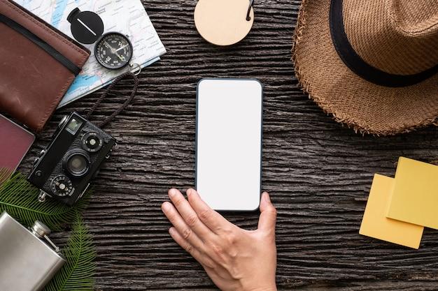Vista superior, mão, toque, móvel, ligado, explorador, material, viajando, com, item
