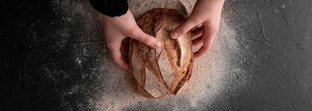 Vista superior mãos segurando pão
