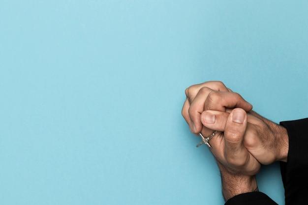 Vista superior mãos segurando um colar sagrado