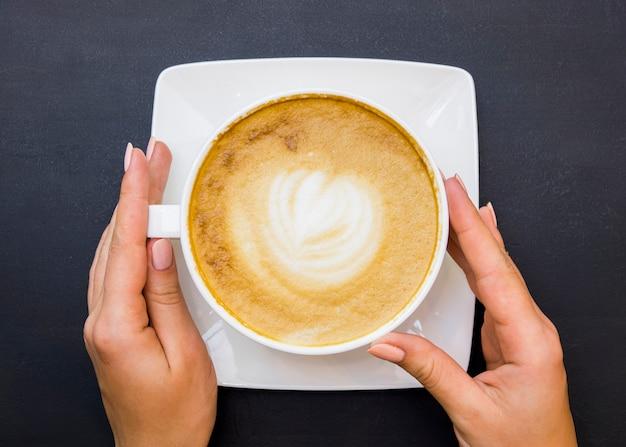 Vista superior, mãos, segurando, xícara café