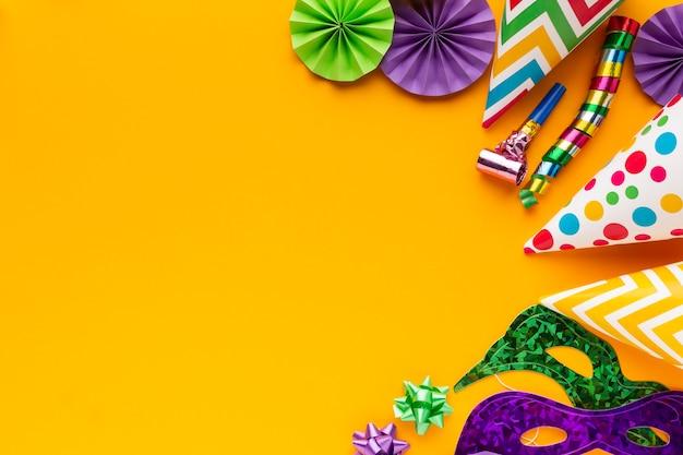 Vista superior máscaras coloridas e decorações copiam espaço