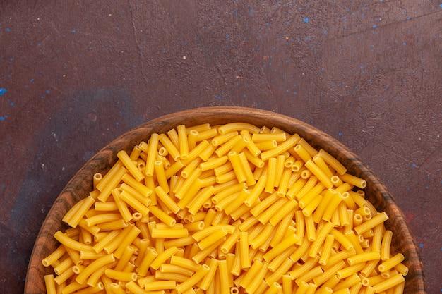 Vista superior massa italiana crua pouco formada sobre fundo roxo-escuro refeição de vegetais cor de alimento