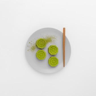 Vista superior matcha rola em um prato