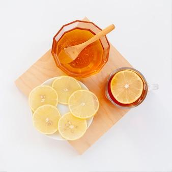 Vista superior mel caseiro com rodelas de limão
