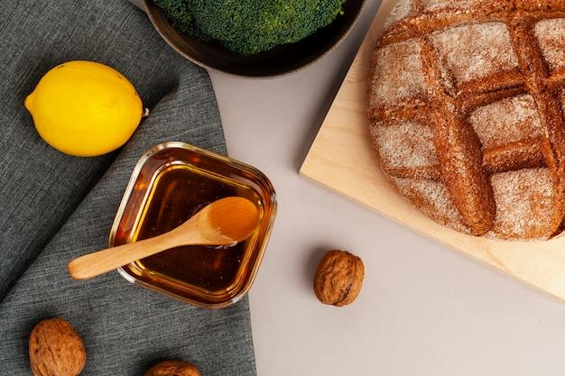 Vista superior mel caseiro e pão saboroso