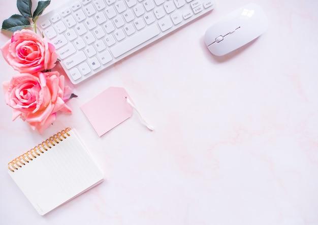 Vista superior, mesa de escritório cor rosa.