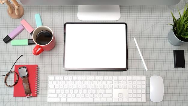Vista superior mesa de estúdio profissional designer gráfico criativo