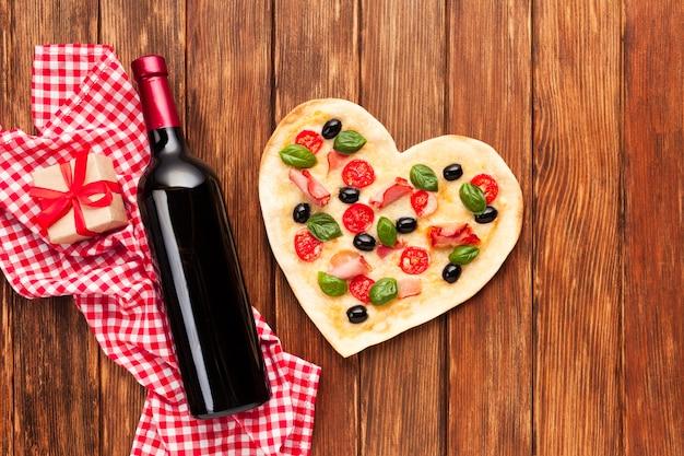 Vista superior mesa de jantar romântico com garrafa de vinho