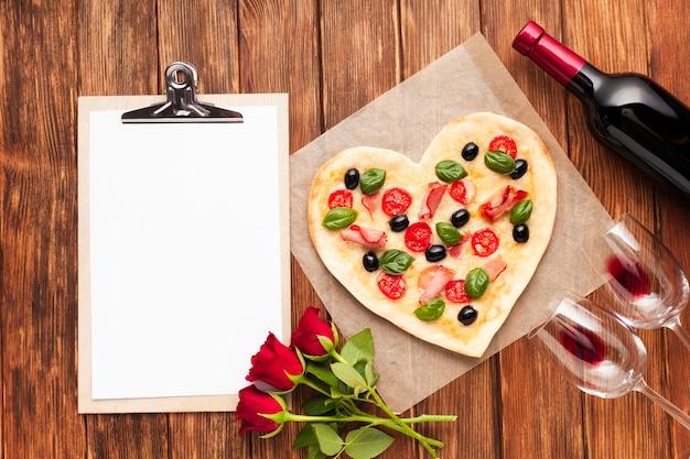 Vista superior mesa de jantar romântico com prancheta