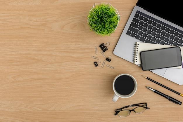 Vista superior mesa de madeira mesa de escritório. espaço de trabalho de configuração plana