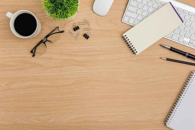 Vista superior mesa de madeira mesa de escritório. espaço de trabalho lay plana