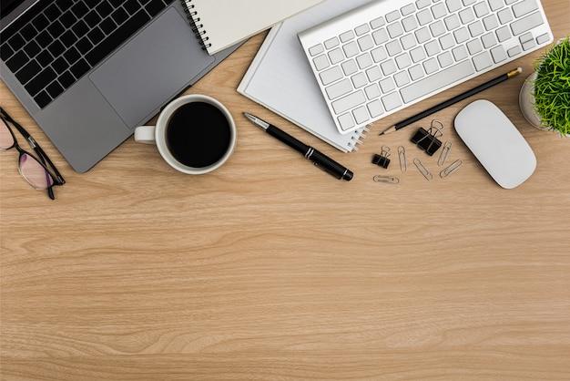 Vista superior mesa de madeira mesa de escritório.