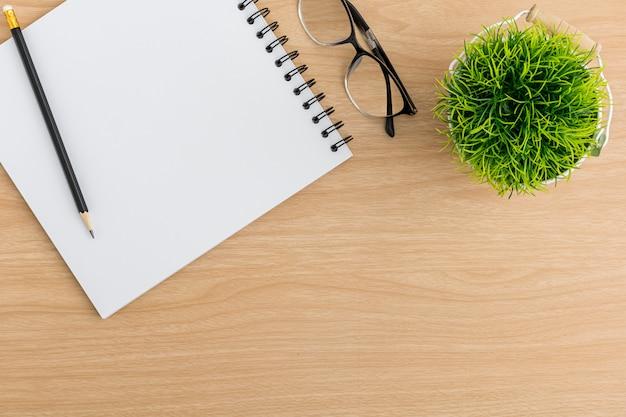 Vista superior mesa mesa de escritório. espaço de trabalho lay plana