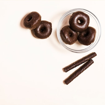 Vista superior mini donuts e palitos de chocolate