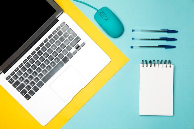Vista superior minimalista conceito desktop