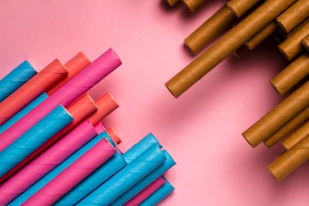 Vista superior mistura de canudos coloridos na mesa